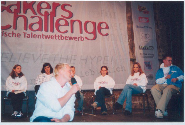 """Die sechs """"Speaker"""" (14-17 Jahre), im Vordergrund Stephan Michme, der die Veranstaltung moderierte. Foto: Jugendclub SKANDAL"""